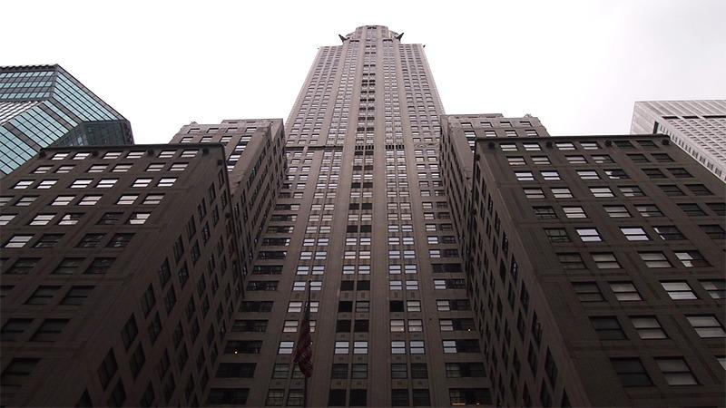 사진: 크라이슬러 빌딩을 아래에서 본 모습. 마천루 뜻인 하늘을 찌를 듯한 건물과 너무나 딱 맞는 모습이다.