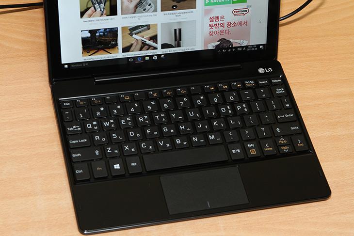 LG 투인원 PC, 10T370-L860K ,크기가 작지만, 쓸만한 제품,IT,IT 제품리뷰,역시 대기업 제품이 좋긴 합니다. 완성도나 제품의 품질이 좋네요. LG 투인원 PC 10T370-L860K 크기가 작지만 쓸만한 제품을 소개 합니다. 이 제품은 생각보다 가격도 괜찮은 편 입니다. LG 투인원 PC는 크기는 작지만 태블릿PC와 키보드를 분리 및 장착해서 사용 할 수 있는 제품입니다. 화면은 10인치 제품 입니다. 크기가 작고 휴대 하기 편리한 윈도우 태블릿을 쓰고 싶은 분들에게도 어울리고 작은 노트북을 갖고 싶은 분에게도 어울리는 제품 입니다. 학생이 쓰기에도 괜찮은 제품 같네요. 게임은 잘 안되니 게임을 많이 안하게 하는 긍정적인 면도 있습니다.