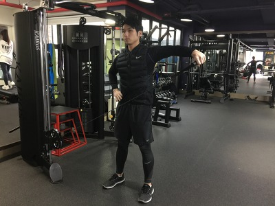 당당하고 넓은 어깨 만드는 운동방법 2-[케이블 래터럴 레이즈(Cable Lateral Raise)]