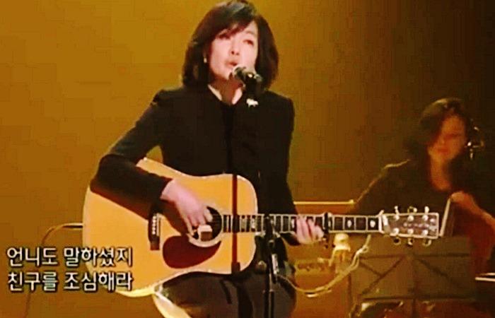 사진: TV에 출연해서 노래를 부르는 가수 윤연선의 모습 캡처화면. 윤연선은 가수 데뷔 30주년 기념콘서트로 인해 27년만의사랑을 다시 이룬 사연으로도 유명하다. [드라마 같은 국민가요 얼굴]