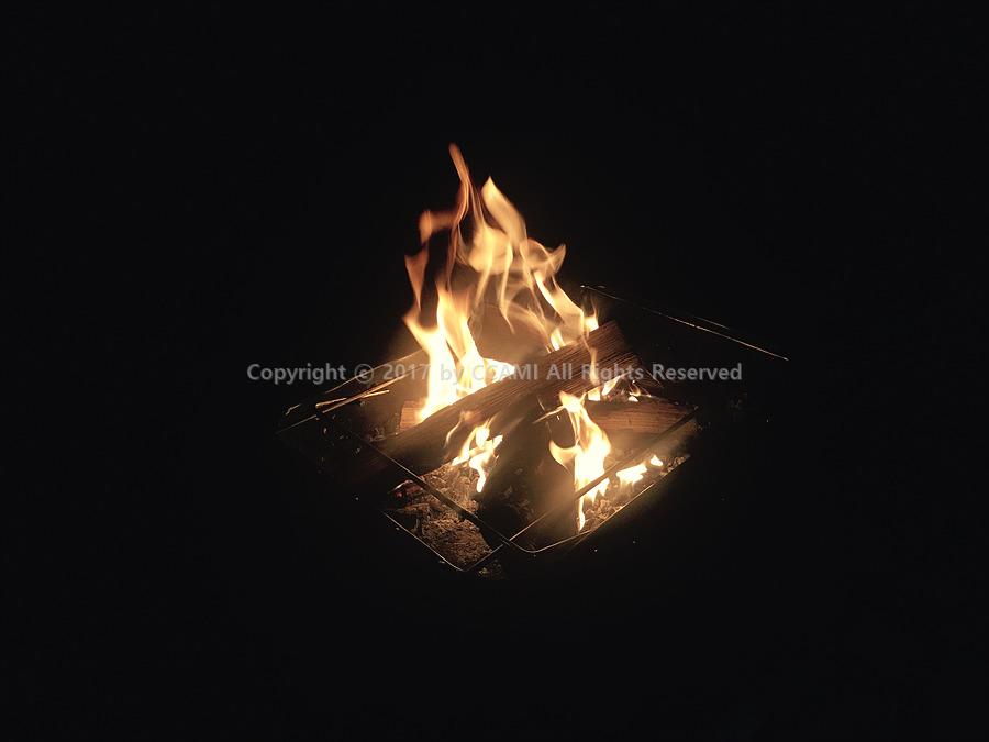 까미, 캠핑, 캠프, 고기, 소고기, 돼지고기, 삼겹살, 목살, 바베큐, BBQ, CCAMI, 불 붙이기, 장작, 숯, 장작 불 붙이기, 폐식용유, 착화제, 중금속, 감성 캠핑, 감성, 불멍, 불보며 멍때리기, 캠프파이어, camping, 숯 만들기, 불뭉치