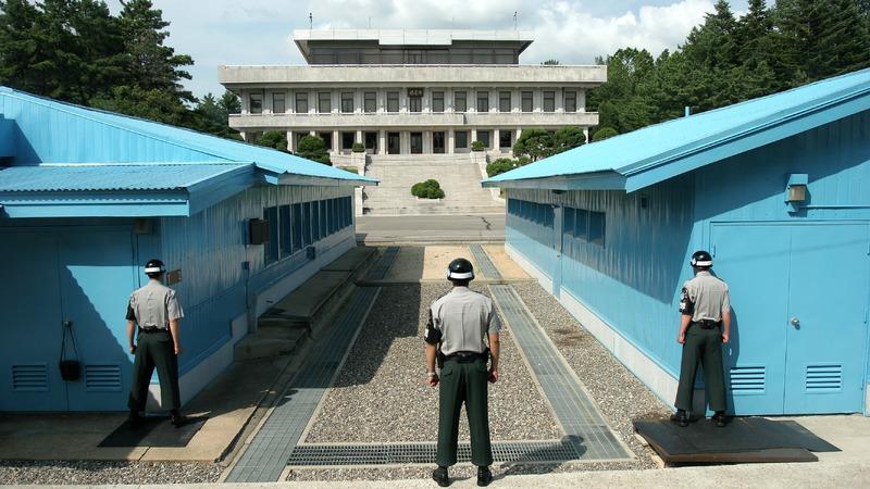 사진: 판문점 군사분계선의 모습. 건너편에 북한측 판문각이 보인다.