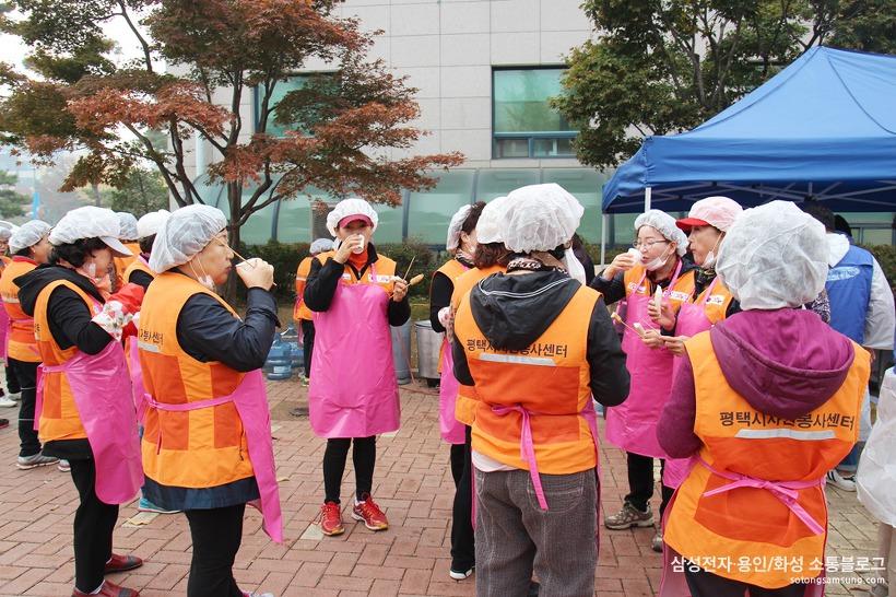 간식을 먹는 봉사자들
