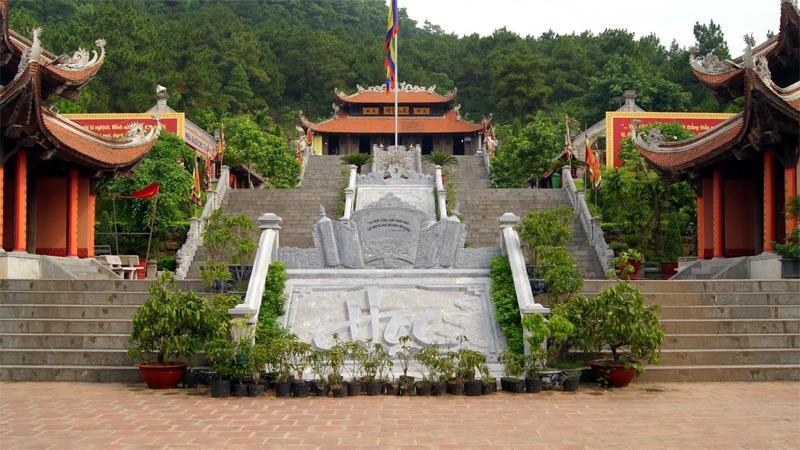 사진: 하노이에 위치한 리뱃사원. 리왕조의 황제들에 대한 숭배가 이루어지고 있다.