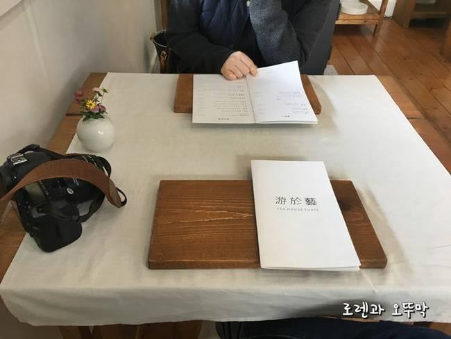 고성 카페 유어예 테이블과 메뉴판